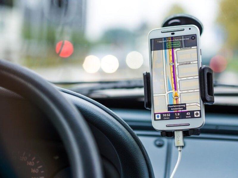 Uchwyty na telefon do samochodu