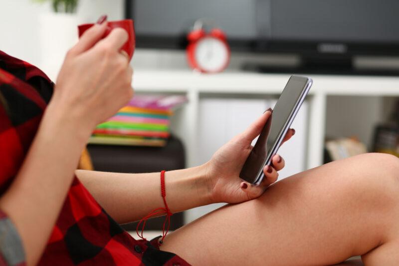 Damska dłoń trzymająca smartfon Samsung Galaxy S9